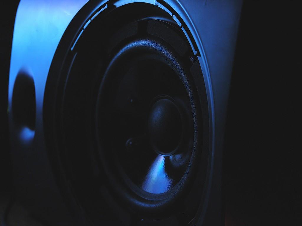 Głośniki instalacyjne – kiedy warto je zastosować?